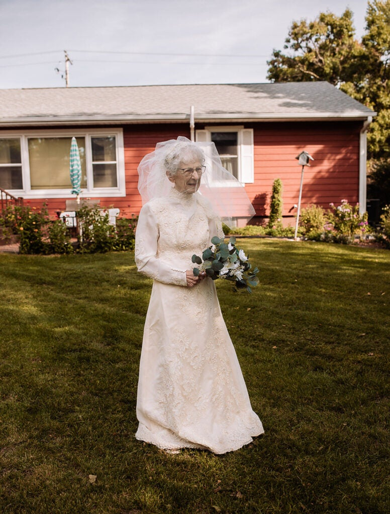 77 years after he deployed for WWII, hospice gave this couple the wedding photos they always wanted
