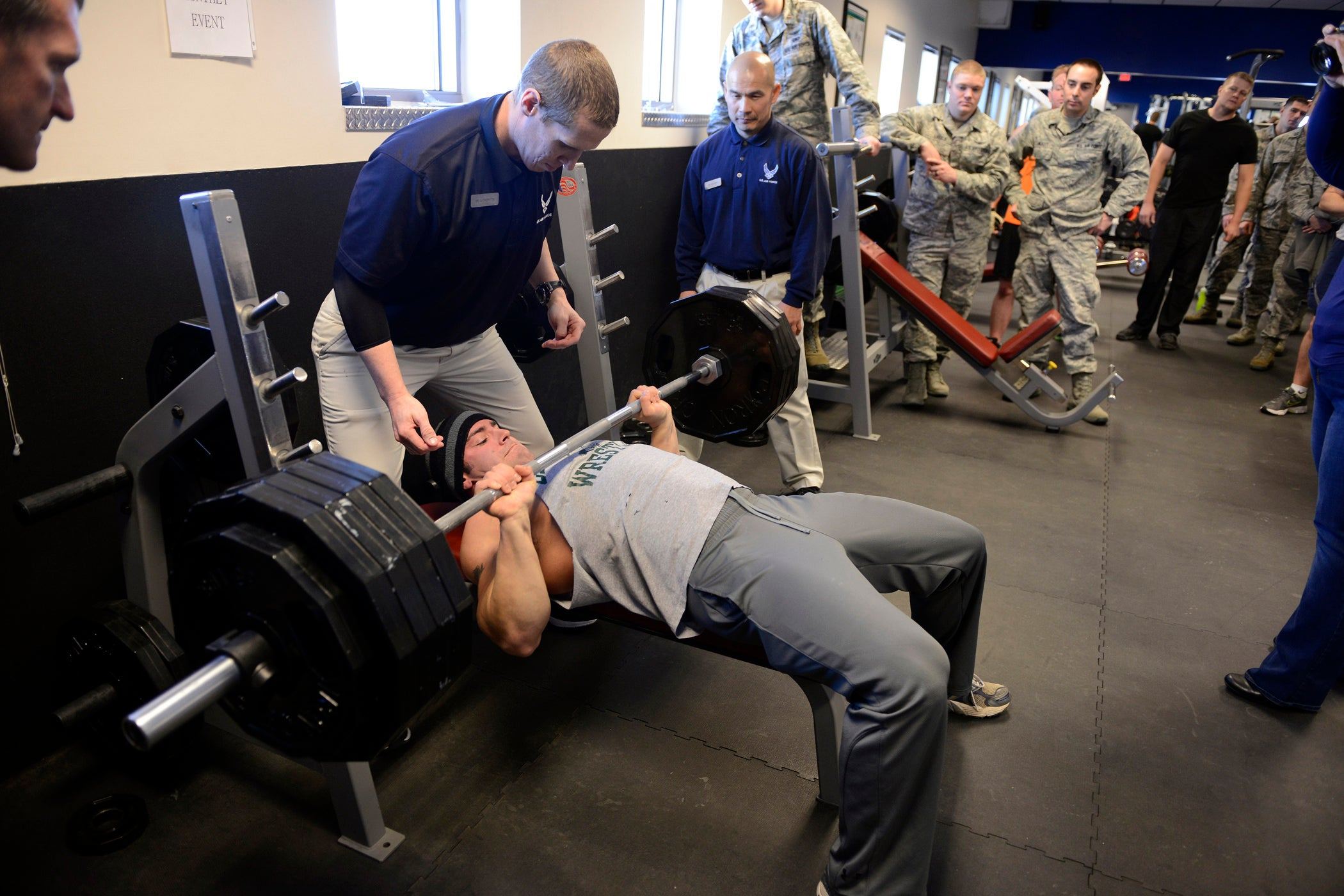 4 tips for hitting the perfect bench press at the gym