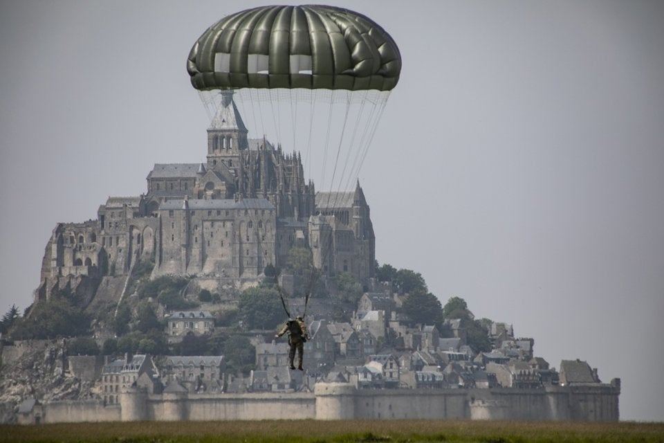 US Green Berets honor WWII legacy with stunning jump